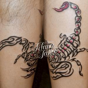 蠍のトライバルタトゥー
