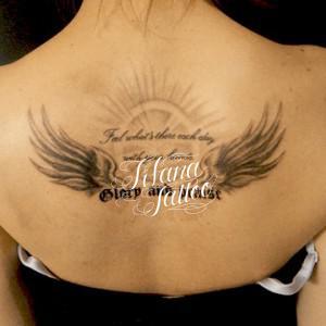 翼と文字のタトゥー
