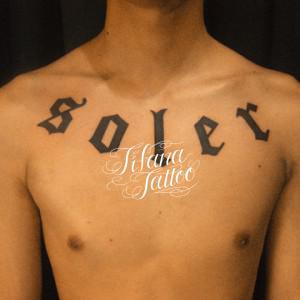 アーチ状の文字のタトゥー