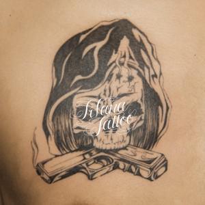 銃を咥えたスカルのタトゥー