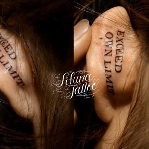 耳に文字のタトゥー