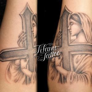 マリア|クロスのタトゥー