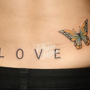 蝶と文字のガールズタトゥー