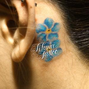青いプルメリアのワンポイントタトゥー