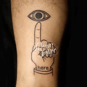 目と手のタトゥー