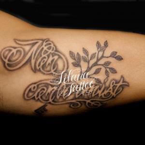 文字と植物のタトゥー
