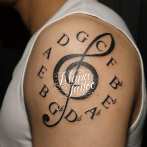 ト音記号とアルファベットのタトゥー
