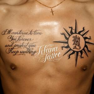 太陽とメッセージのタトゥー