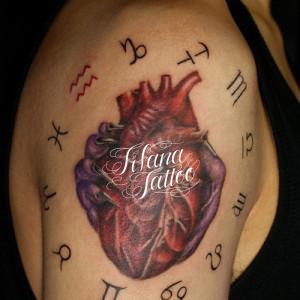 心臓と星座のマークのタトゥー