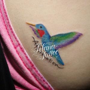ハチドリと文字のタトゥー