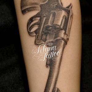 銃のタトゥー
