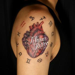 星座の記号と心臓のタトゥー
