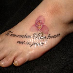 蘭の花と文字のタトゥー