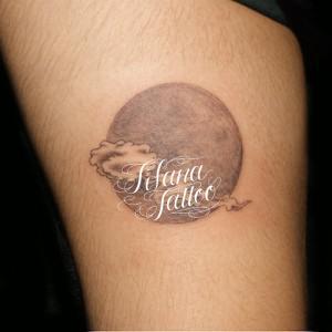 雲がかかった月のタトゥー