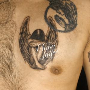 座り込む天使のタトゥー