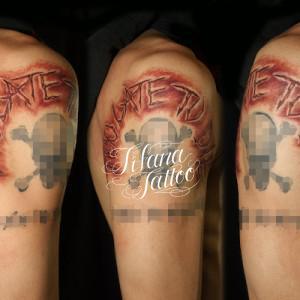 切り傷のレタリングタトゥー