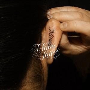 耳のレタリングタトゥー
