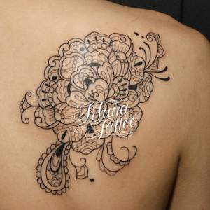 ペイズリー柄な牡丹のタトゥー