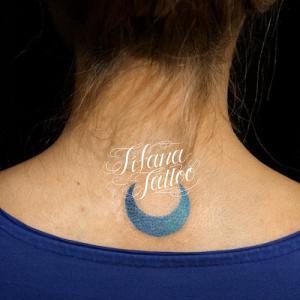 青い月のワンポイントタトゥー
