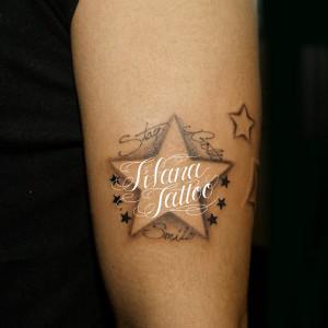 星と文字のタトゥー