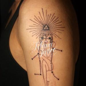 星座と女性のタトゥー