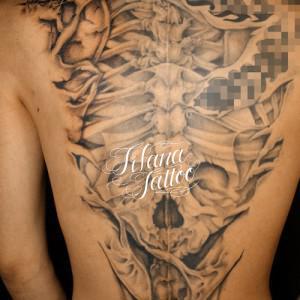 背骨のタトゥー