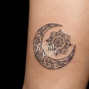 幾何学模様と月のタトゥー