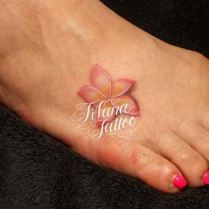 ピンクのプルメリアタトゥー