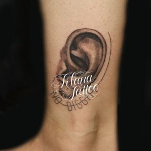 耳|文字のタトゥー