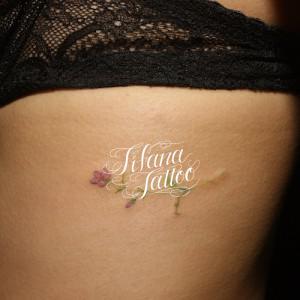 花の繊細なタトゥー