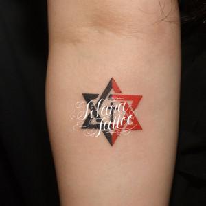六芒星とクロスのタトゥー