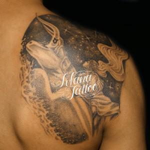 少女とユニコーンのタトゥー