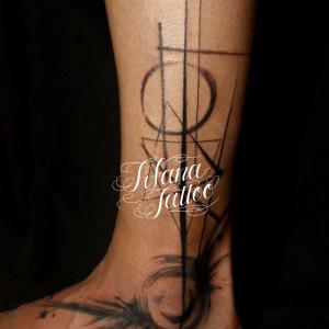 幾何学模様の墨絵タトゥー