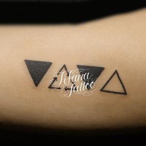 三角形|矢印のタトゥー