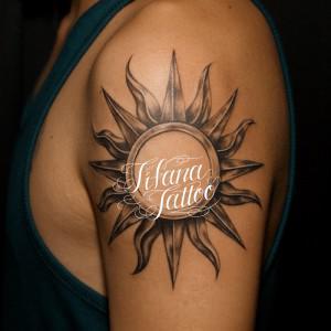 立体的な太陽のタトゥー