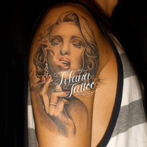 タバコを吸う女のタトゥー