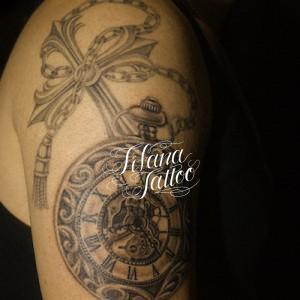 懐中時計とクロスのタトゥー