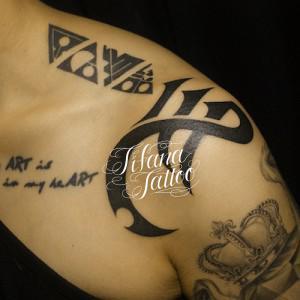 三角形と文字のタトゥー