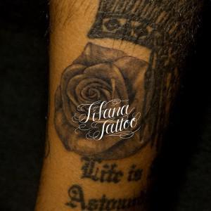 隙間に薔薇のタトゥー