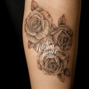 3輪のバラのタトゥー