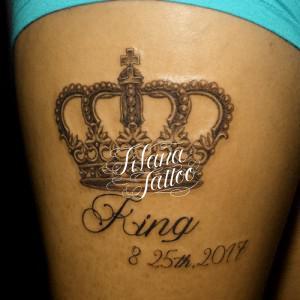 王冠と文字のタトゥー