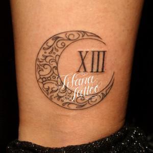 月とローマ数字のオーナメントタトゥー