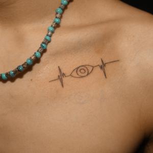 ハートビートと目のタトゥー