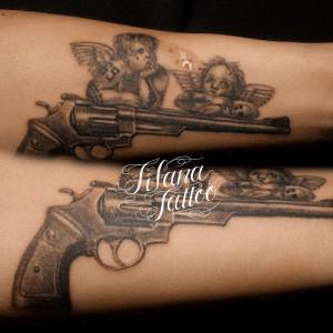 銃と天使のタトゥー