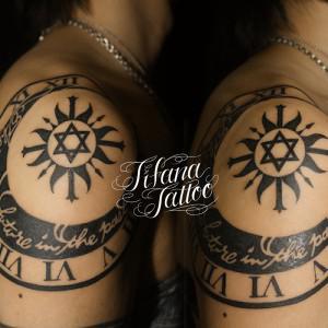 時計|月|太陽|六芒星|文字のタトゥー