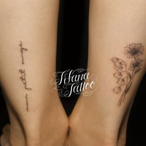 花と文字のタトゥー