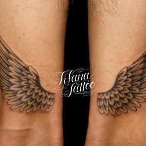 シンメトリーな翼のタトゥー
