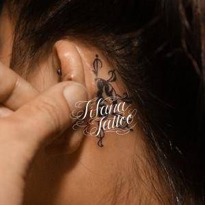 耳のワンポイントタトゥー