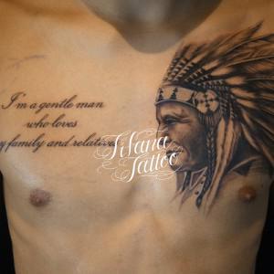 インディアンとレタリングタトゥー