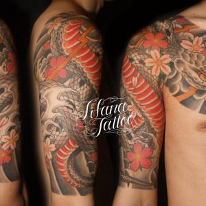 蛇と桜のタトゥー